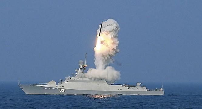 Tàu tên lửa Grad Sviyazhsk lớp Buyan-M của Nga tuy nhỏ (lượng choán nước chỉ 950 tấn) nhưng vũ trang 8 tên lửa Klub loại 3M-14 bắn xa tối đa 2.600 km - Ảnh: Hải quân Nga