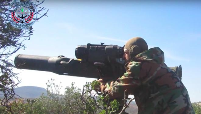 Một binh lính thuộc lực lượng nổi dậy của Syria sử dụng tên lửa chống tăng do Mỹ cung cấp.