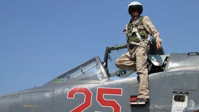 Một phi công Nga rời khỏi chiếc Su-25 tại căn cứ không quân Hmeimim, Syria Ảnh: AFP