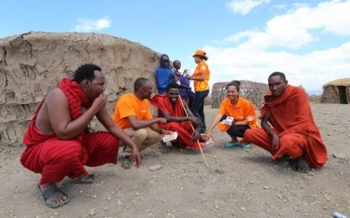 Nhân viên Halotel giới thiệu dịch vụ tới người dân tại tỉnh Arusha, Tanzania.