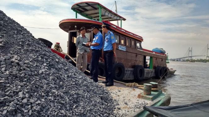 Hàng ngàn tàu thủy xóa vạch sơn an toàn để chở quá tải