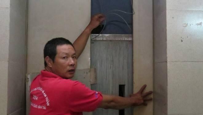Hiện trường vụ rơi thang máy vẫn chưa được ban quản lý tòa nhà khắc phục khiến người dân bức xúc - Ảnh: Quang Thế