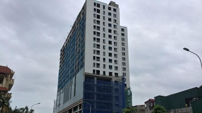 """""""Cắt ngọn"""" tòa nhà 8B Lê Trực có thể tốn cả chục tỉ đồng - Ảnh: Anh Đan"""