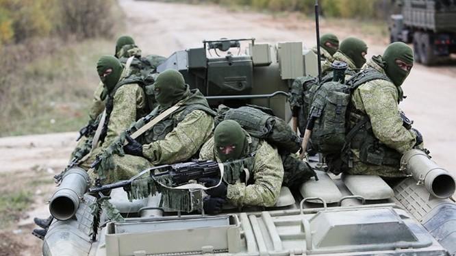 """Xem lính dù đặc nhiệm Nga tiêu diệt """"phiến quân""""!"""