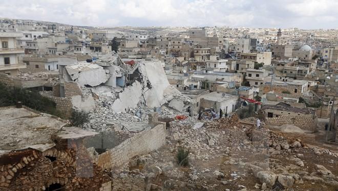 Cảnh đổ nát sau các cuộc giao tranh tại thị trấn Darat Izza ở Aleppo. (Nguồn: Reuters/TTXVN)