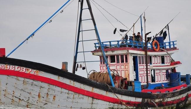 Chủ tàu muốn đầu tư tàu vỏ sắt để đánh bắt thủy sản xa bờ, làm dịch vụ nghề cá sẽ được vay vốn ưu đãi trong 16 năm. Trong ảnh: một tàu vỏ gỗ tại vùng biển Thừa Thiên Huế - Đà Nẵng. Ảnh: Minh Tâm
