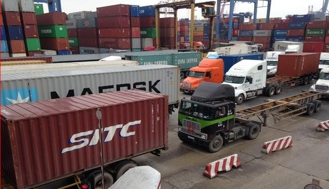 Cảng Cát Lái đang bị quá tải do lượng hàng dồn về nhiều - Ảnh: Anh Quân