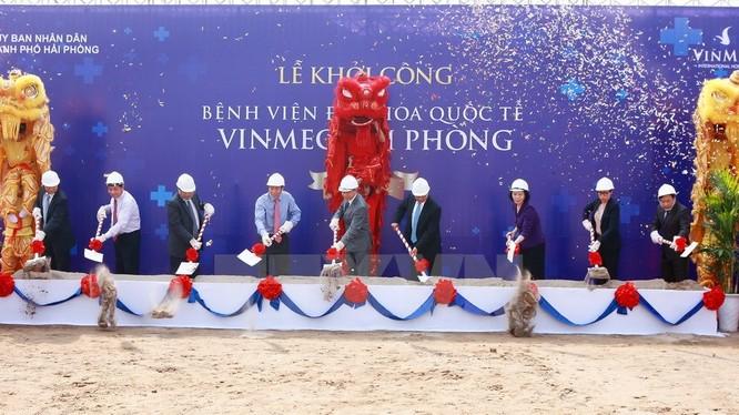 Các đại biểu thực hiện nghi thức khởi công dự án. (Ảnh: Lâm Khánh/TTXVN)