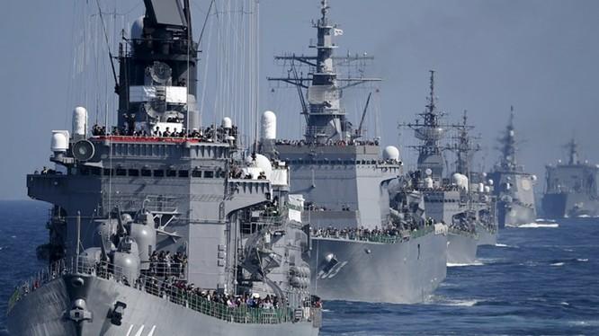 Tàu khu trục Kurama chở theo Thủ tướng Shinzo Abe dẫn đầu hạm đội thuộc Lực lượng phòng vệ biển Nhật Bản (JMSDF) - Ảnh: Reuters