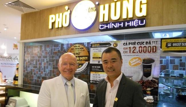 Ông Mark Mobius (trái) CEO của Quỹ đầu tư Franklin Templeton Investments, bắt tay với ông Huy Nhựt, Tổng giám đốc của Công ty Chế biến thực phẩm Huy Việt Nam, tại cuộc gặp hôm nay 19 - 10 - Ảnh: Văn Nam