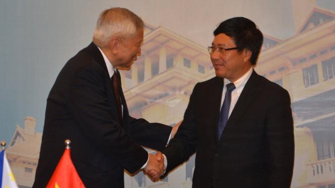 Phó Thủ tướng, Bộ trưởng Bộ Ngoại giao Việt Nam Phạm Bình Minh và Ngoại trưởng Philippines Albert Ferreros del Rosario bắt tay thân mật sau cuộc hội đàm ngày 21-10 - Ảnh: Q.Trung