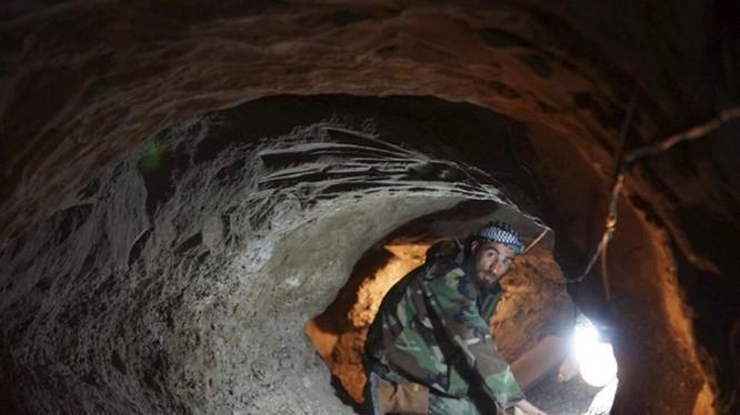 Một đường hầm của quân nổi dậy Syria ở Deir al-Zor, dài 30 m - Ảnh: Reuters
