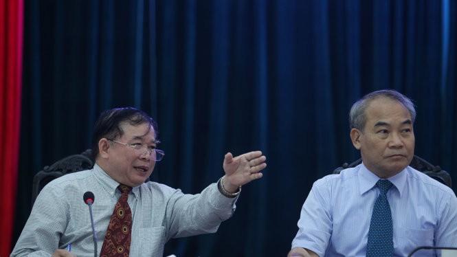 Thứ trưởng Bộ GD-ĐT Bùi Văn Ga (trái) và Thứ trưởng Nguyễn Vinh Hiển tại buổi họp báo - Ảnh: Nguyễn Khánh