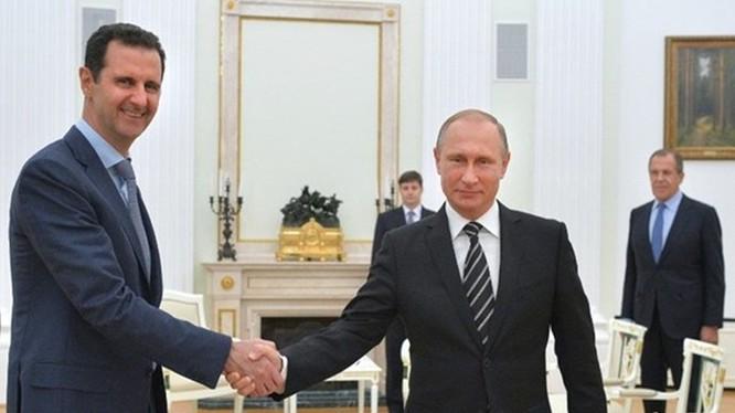 Hãng tin Nga đăng tải một giả thuyết về chuyến thăm bất ngờ của Tổng thống Syria, al-Assad (trái) gặp Tổng thống Nga Putin vừa qua - Ảnh: AFP