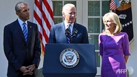 Phó tổng thống Mỹ Joe Biden cùng phu nhân và ông Obama trình bày trước khuôn viên Nhà Trắng (ảnh: AFP)