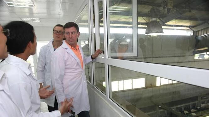 ộ trưởng Dmitriy Alexandrovic Stepanenko thăm trang trại TH và ấn tượng với công nghệ hiện đại đang áp dụng tại nhà máy, trang trại TH