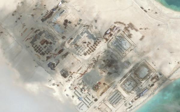 Công trình xây dựng trái phép của Trung Quốc trên bãi Đá Chữ Thập mà nước này chiếm của Việt Nam bằng vũ lực. (Nguồn: Reuters)