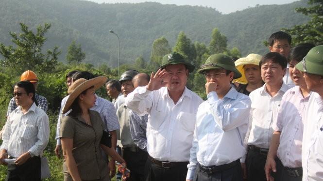 Bí thư thành ủy Đà Nẵng Nguyễn Xuân Anh đưa tay che mũi khi kiểm tra tại bãi rác Khánh Sơn sáng 23-10 - Ảnh: Đoàn Cường
