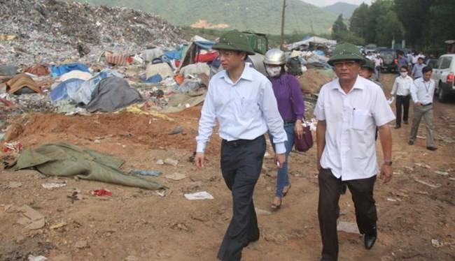 Bí thư thành ủy Đà Nẵng Nguyễn Xuân Anh (bìa trái) cùng chủ tịch UBND quận Liên Chiểu dành cả buổi sáng để đi thực tế tại bãi rác - Ảnh: Đoàn Cường
