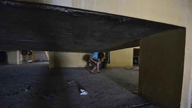 Người dân phải chui qua tầng thượng của các khối nhà tìm tới thang máy duy nhất còn hoạt động để xuống mặt đất - Ảnh: Lâm Hoài