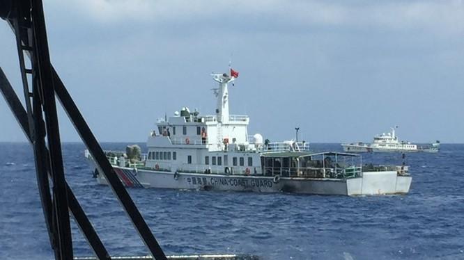 2 tàu hải cảnh Trung Quốc cản trở SAR 412 - Ảnh: Xuân Sơn