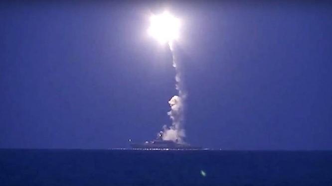 Tàu tên lửa hạm đội Caspi (Nga) phóng tên lửa Klub diệt mục tiêu của quân IS ở Syria cách đó 1.500 km - Ảnh: Bộ Quốc phòng Nga