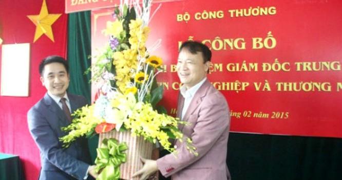 Thứ trưởng Đỗ Thắng Hải trao quyết định bổ nhiệm ông Vũ Hùng Sơn làm Giám đốc Trung tâm Thông tin Công nghiệp và Thương mại ngày 26/2. Ảnh: MOIT