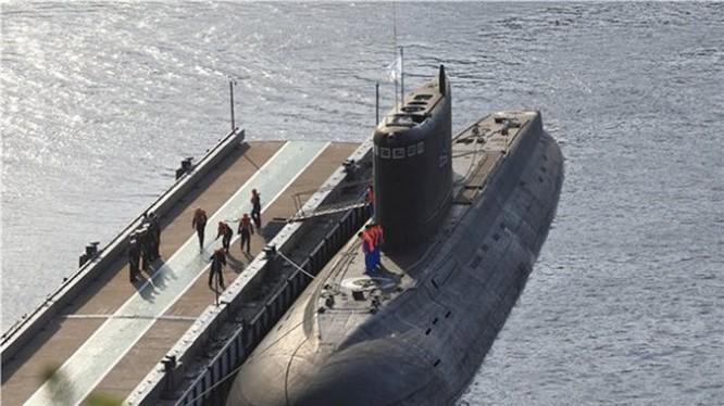 Tàu ngầm Kilo 636.3 vừa mới đưa vào phục vụ Hạm đội Biển Đen, chiếc Novorossiysk - Ảnh: bmpd