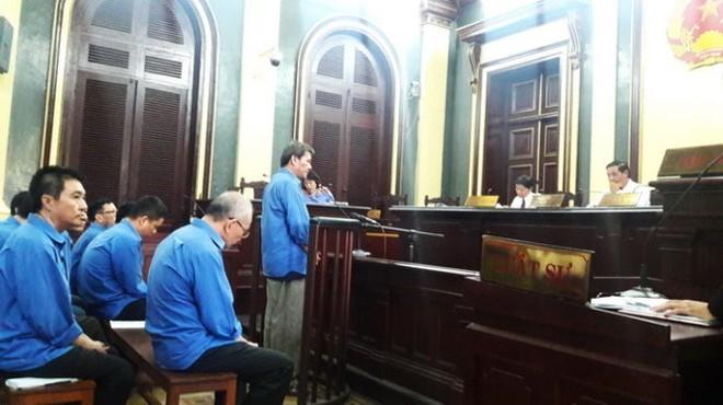 Các bị cáo trong phần xét hỏi tại phiên tòa - Ảnh: Hoàng Điệp