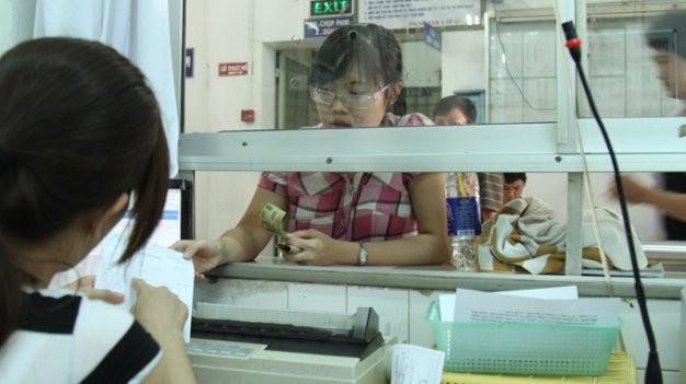 Bệnh nhân thanh toán viện phí tại Bệnh viện quận 5 TP.HCM
