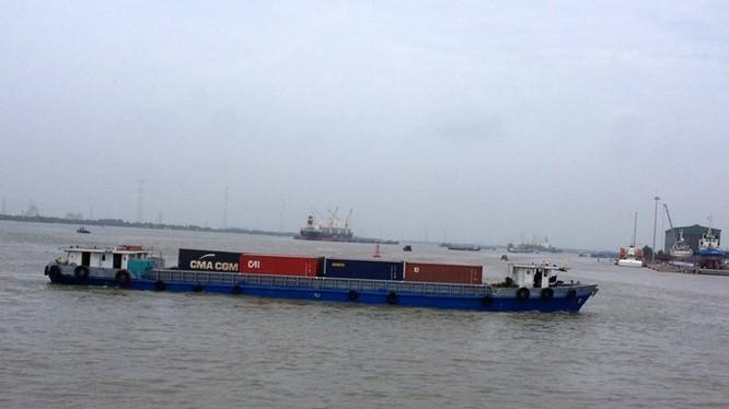 Các doanh nghiệp vận tải đường thủy vẫn than phiền về các thủ tục - Ảnh: Anh Quân