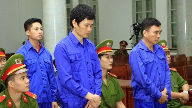 Các bị cáo nghe tuyên án - Ảnh: Doãn Tuấn