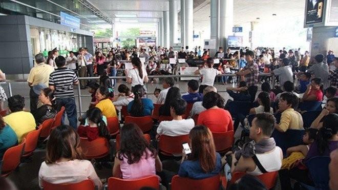 Hành khách chờ đợi tại sân bay Tân Sơn Nhất - Ảnh: T.L