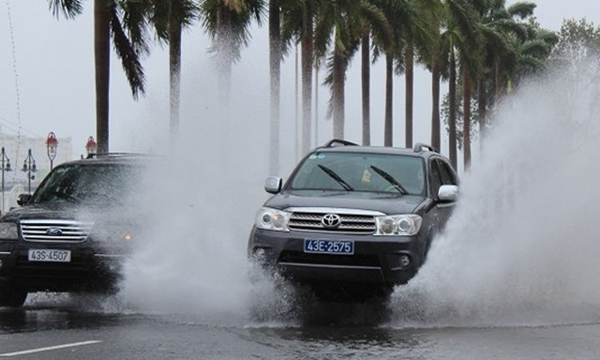 Một xe công vụ Đà Nẵng chạy trên đường Bạch Đằng - Ảnh: Lê Đình Dũng