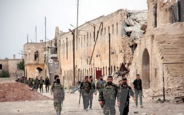 Quân chính phủ Syria tuần xung quanh trại Hanano sau vụ tấn công ngày 17/4. (Nguồn: AFP/TTXVN)