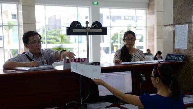 Người dân đến làm thủ tục nộp thuế tại Cục Thuế TP.HCM. Ảnh - minh họa: Hữu Khoa