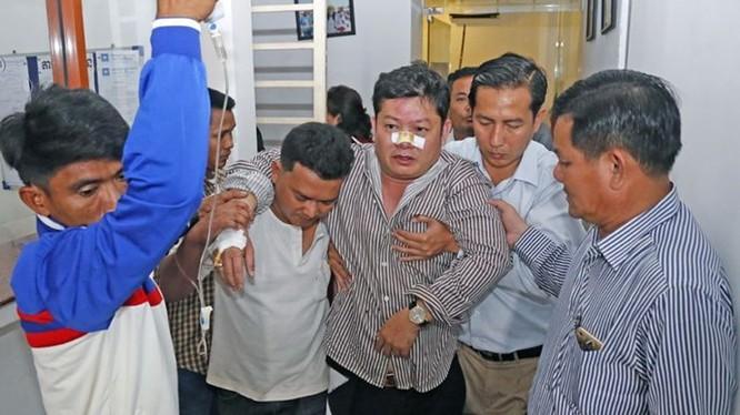 Nghị sĩ đối lập Kong Saphea được đưa vào viện cấp cứu sau khi bị tấn công ngày 26.10 - Ảnh: The Phnom Penh Post