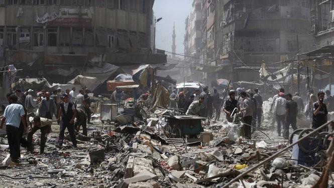 Tổ chức giám sát nhân quyền tại Syria cho biết quân đội chính phủ Syria đã bắn 12 quả tên lửa xuống thị trấn Douma, làm ít nhất 40 người thiệt mạng - Ảnh: Reuters