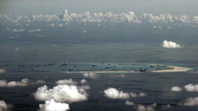 Bức không ảnh chụp ngày 11-5 qua cửa sổ một máy bay quân sự của Mỹ cho thấy tình trạng bồi đắp đảo nhân tạo trái phép của Trung Quốc tại đá Vành Khăn thuộc quần đảo Trường Sa, Việt Nam - Ảnh: AP