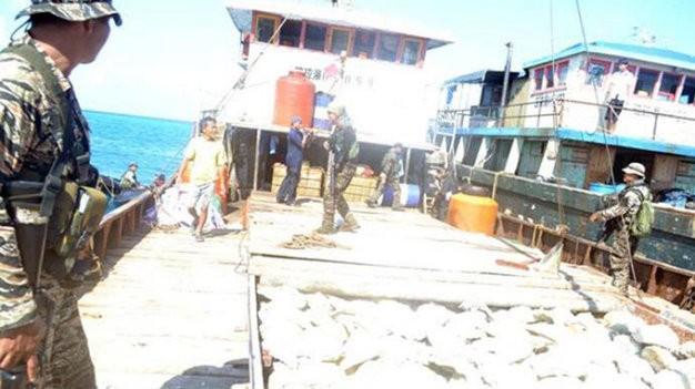 Hải quân Philippines đột kích và kiểm tra các tàu cá Trung Quốc tại bãi cạn Scarborough - Ảnh: Rappler