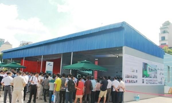 Người dân thủ đô có mặt từ sớm để theo dõi sự kiện mở cửa trưng bày tàu điện mẫu Cát Linh - Hà Đông.