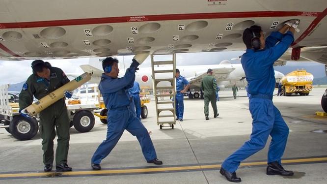 Các thủy thủ đang lắp phao thủy âm vào máy bay săn ngầm - Ảnh: Hải quân Mỹ