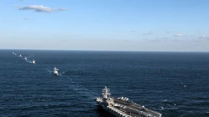 Tàu sân bay Mỹ USS Ronald Reagan diễn tập cùng tàu chiến hải quân Hàn Quốc trong vùng biển quốc tế phía đông bán đảo Triều Tiên vào ngày 27.10.2015 - Ảnh: Hải quân Mỹ