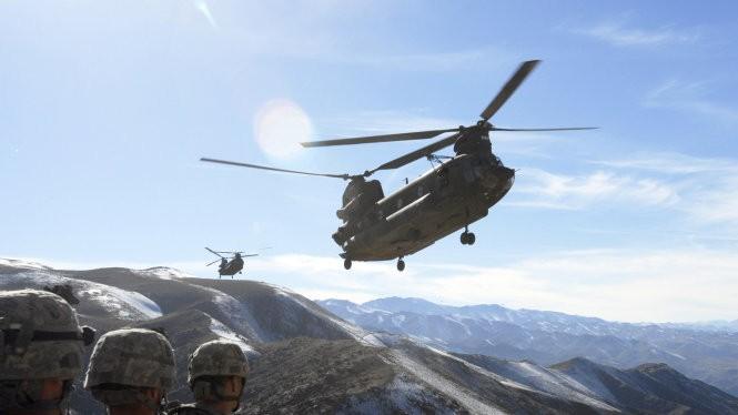 Lực lượng đặc nhiệm Mỹ cùng máy bay yểm trợ trong cuộc tấn công quy mô - Ảnh: Pakistan Today