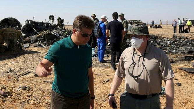 Bộ trưởng Giao thông Nga Maxim Sokolov (trái) làm việc với một điều tra viên tại hiện trường vụ rơi máy bay Nga ở Sinai, Ai Cập - Ảnh: Reuters