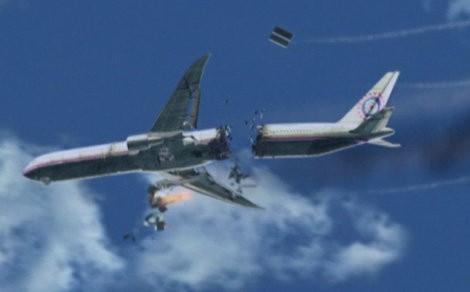 Máy bay đã vỡ đôi trên bầu trời