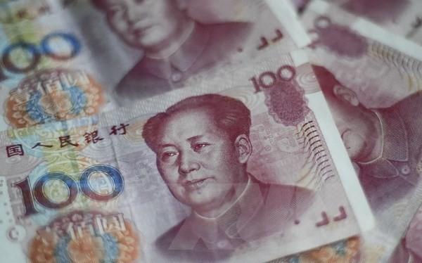 Đồng tiền giấy mệnh giá 100 NDT (15.5 USD) tại Bắc Kinh ngày 25/8. (Nguồn: AFP/TTXVN)
