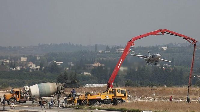 Trong khi mật độ xuất kích rất cao, Nga vẫn tiếp tục đẩy mạnh xây dựng đường băng mới tại căn cứ ở Syria