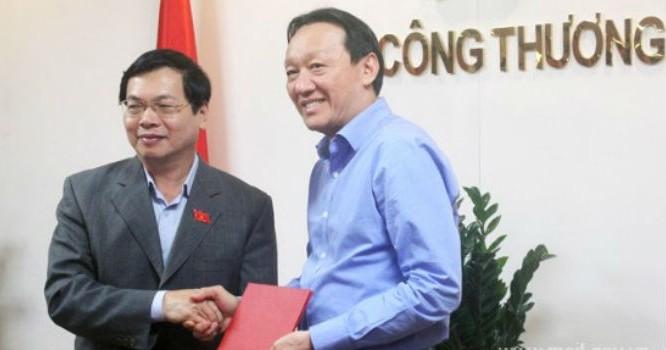 Bộ trưởng Vũ Huy Hoàng trao quyết định cho ông Phan Đăng Tuất. Ảnh: MOIT
