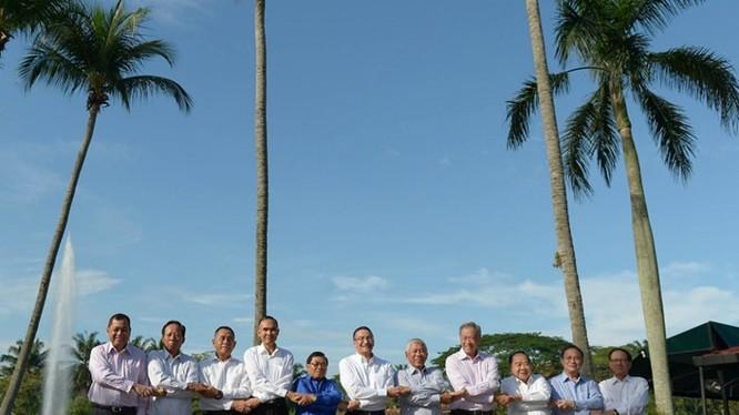 Lãnh đạo quốc phòng các nước ASEAN bắt tay trước hội nghị tại Malaysia - Ảnh: AFP
